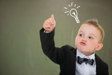Kleiner Junge mit Daumen hoch und Glühbirne an der Tafel