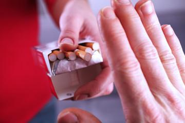Signe de la main refusant une cigarette