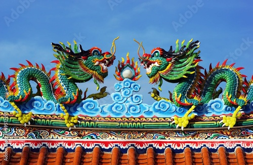 Papiers peints Statue Dragon at Chinese Temple Roof