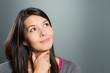 Attraktive Frau blickt nach oben und träumt