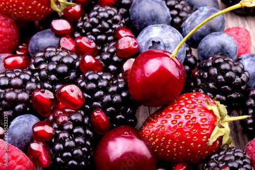 smaczne-letnie-owoce-na-drewnianym-stole