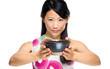 Asiatin reicht eine Teeschale