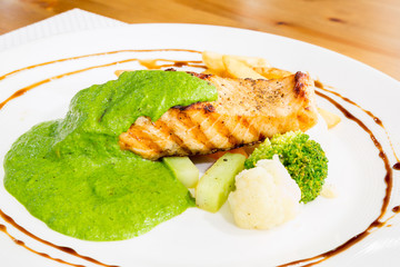 grilled salmon pesto