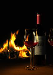 Rotwein und Kaminfeuer