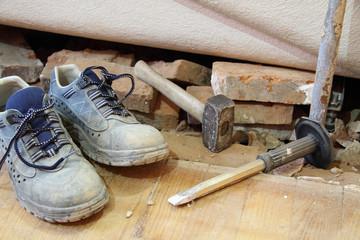 Arbeitschuhe auf der Baustelle