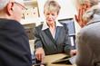 Berater kalkuliert Finanzen für Senioren