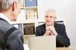 Geschäftsleute reden im Büro über Finanzen