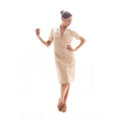 Tätowiertes Model in beigem Kleid