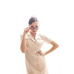 Model in beigefarbenem Kleid