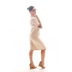 Frau in beigem Kleid
