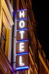 Hotel-Neonschrift bei Nacht