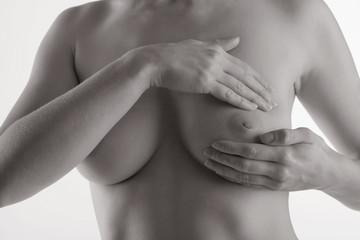 Junge Frau beim abtasten ihrer Brust