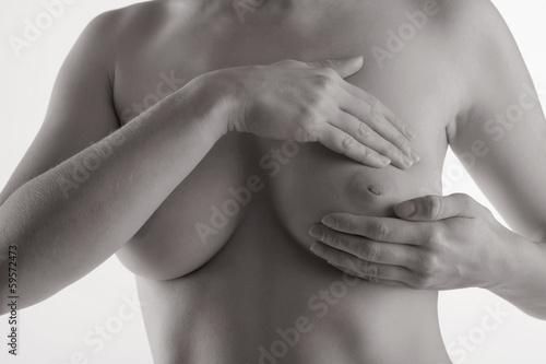 canvas print picture Junge Frau beim abtasten ihrer Brust