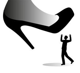 scarpa gigante femminile  sta per calpestare un uomo