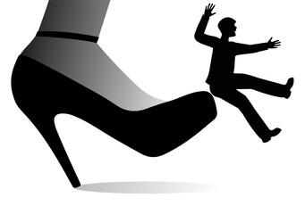scarpa gigante femminile che da un calcio ad un uomo