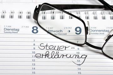 Kalender mit Notiz Steuererklärung, Brille
