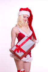 fröhliche sexy Weihnachtsfrau mit Geschenk