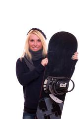 blonde Frau hält lächelnd ein Snowboard