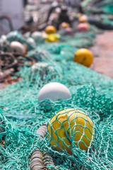 Fischernetze und Bojen