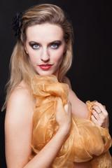 Portrait jeune femme blonde voilée aux yeux