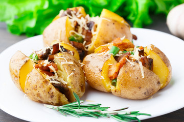 Baked potato with bacon and mushrooms