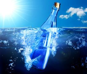 bottiglia galleggia nel mare con messaggio