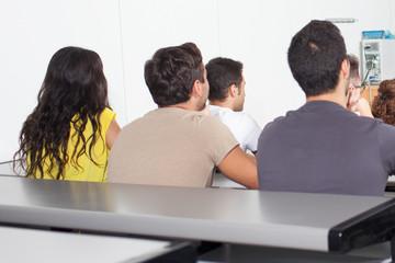 Schüler zuhören im Klassenzimmer von hinten