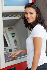 Frau am Bankautomat