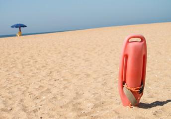Rettungsboje im Sand