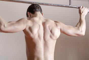 Hombre joven en un gimnasio