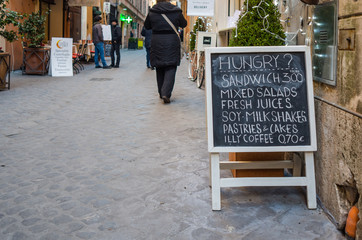 Roma, cartello menu su strada