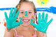 Mädchen mit grünen Händen