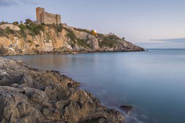 Talamone, Il castello e gli scogli
