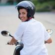 Frau auf Moped von hinten