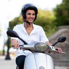 Frau mit Helm auf Moto