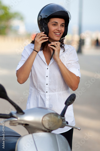 Frau mit Helm