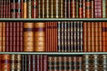 Ancienne bibliothèque de livres d'époque à couverture rigide sur les tablettes