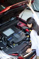 エンジンを確認する女性