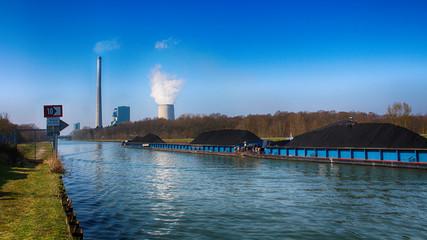Schiff mit Ladung Kohle