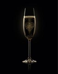 Бокал шампанского с Эйфелевой башней на черном фоне