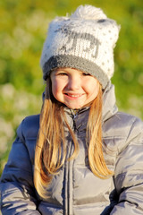 Bambina al parco in una giornata di sole