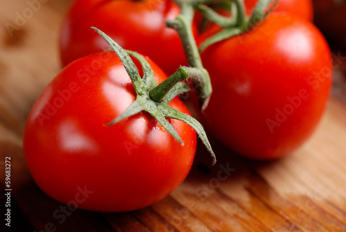 primo piano di pomodoro biologico sul tavolo di legno