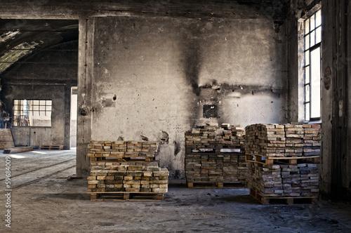 vecchio magazzino e mattoni reciclati