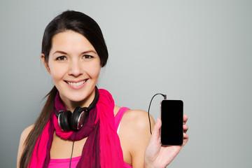 Frau zeigt auf Ihr Smartphone