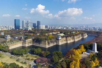 秋色の大阪城と周辺の町並み