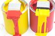 Farbdosen auf weissem Untergrund