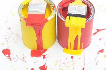 Zwei Farbdosen