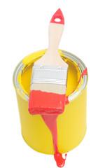 Roter Pinsel auf gelber Farbdose
