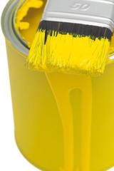 Pinsel auf Farbdose