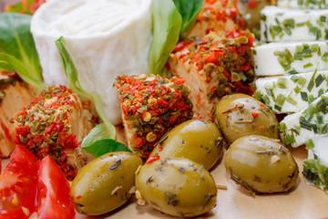 Verschiedene Käsesorten auf mediterraner Antipasti-Platte